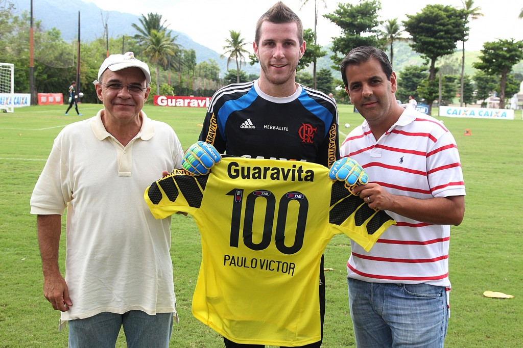 PV recebe camisa comemorativa pelo centésimo jogo no treino de ontem.