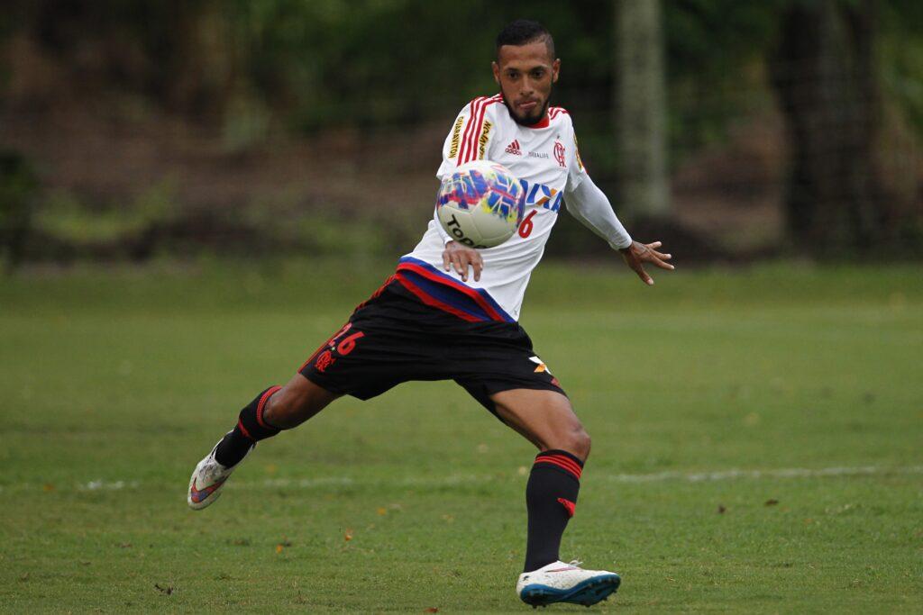 Paulinho estará relacionado para um jogo oficial depois de 6 meses. (Foto: Site Oficial)