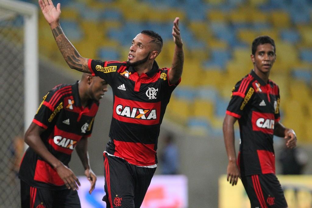 Voltou bem demais. Paulinho foi o cara do segundo tempo (Foto: Flamengo Oficial)