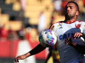 Canteros fez partida discreta e saiu so intervalo. Volante já possuía amarelo (Foto: Site Oficial)