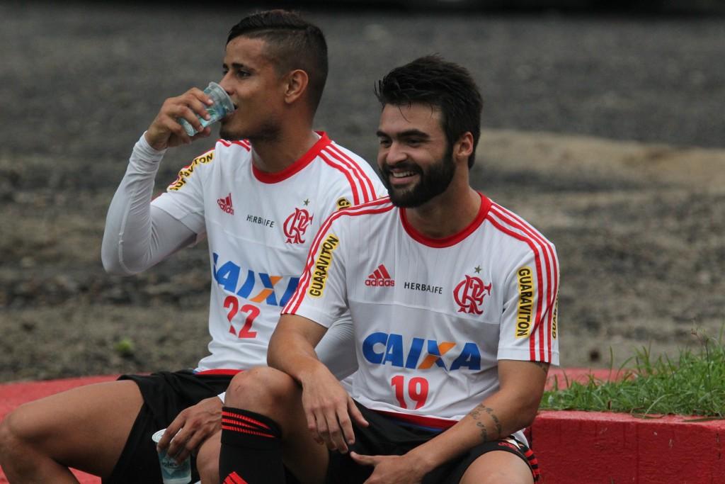 Everton e Arthur Maia treinaram com bola, mas Luxa não deu pistas sobre escalação. (Foto: Site Oficial Flamengo)