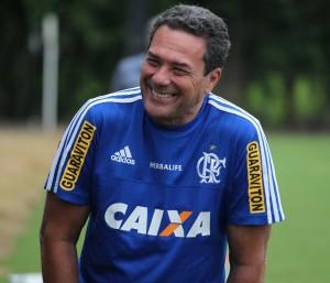 Após a vitória no clássico, Luxa esteve sorridente hoje. Mas, terá problemas para definir o time titular (Foto: Flamengo Oficial / Gilvan de Souza)
