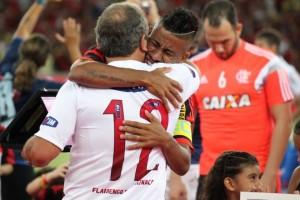 Zico entregou placa em homenagem a Léo Moura antes do jogo (Foto: Site Oficial)