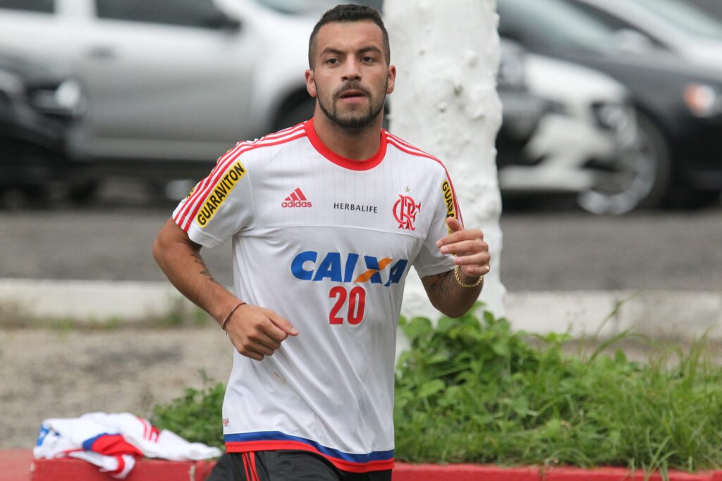 Canteros, ainda em trabalho regenerativo, apenas correu em volta do campo. (Foto: Flamengo Oficial - Gilvan de Souza)