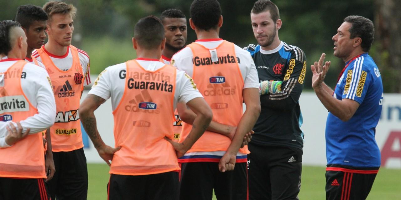 Flamengo treina em dois períodos