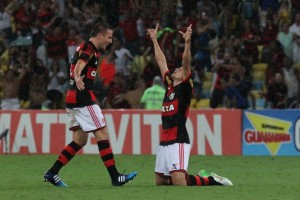 Bressan vai ao encontro de Jonas para comemorar o primeiro gol da partida e do volante com a camisa do Mengão (Foto Site Oficial)
