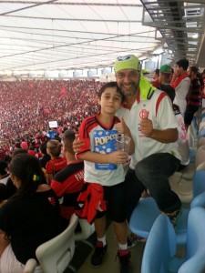 Carlos Alvarenga e Carlos Alvarenga Filho no Maraca: Heróis do presente e do futuro da Maior Torcida do Mundo (Foto: Arquivo Pessoal)