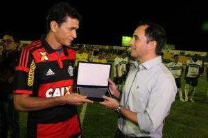 O eterno Magro de Aço recebe homenagem das mãos de Rodrigo Caetano (Foto: Flamengo Oficial - Gilvan de Souza
