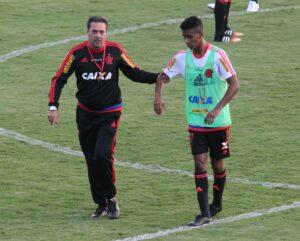 Luxa interrompeu o coletivo por diversas vezes para orientar os atletas. (Foto: Flamengo Oficial - Gilvan de Souza)