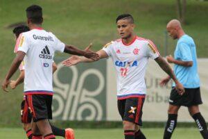 Everton cumprimenta Cirino após primeiro gol do Flamengo.(Foto: Flamengo Oficial - Gilvan de Souza)