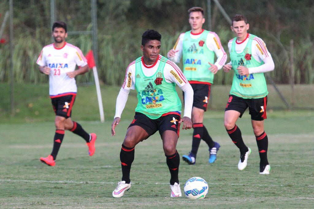 No último coletivo, Almir foi a surpresa entre os titulares.(Foto: Gilvan de Souza - Flamengo)