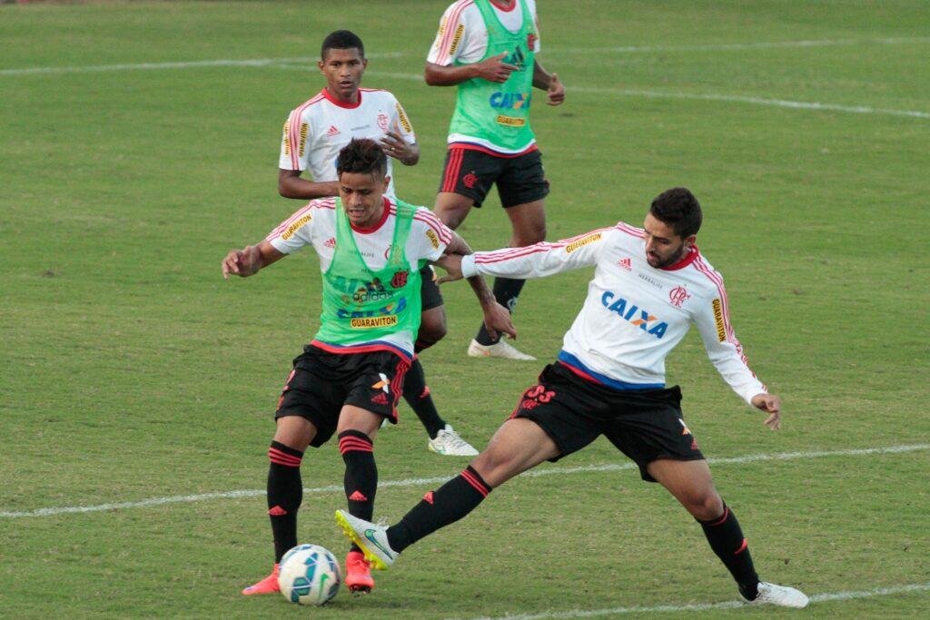 Everton e Frauches no trabalho técnico da parte da tarde. (Foto: Flamengo Oficial - Gilvan de Souza)