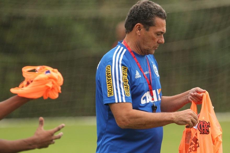 Luxa distribui os coletes em atividade na tarde desta quinta. (Foto: Flamengo Oficial - Gilvan de Souza)
