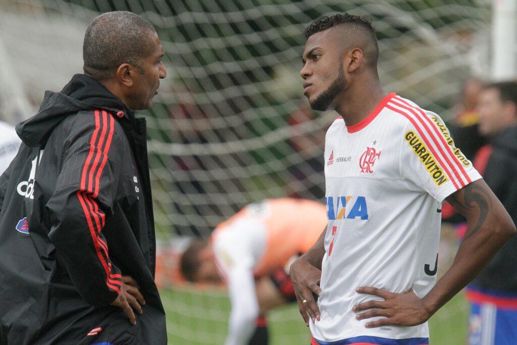 Cristóvão conversa com Marcelo Cirino. Atacante retorna ao time titular. (Foto: Gilvan de Souza - Flamengo Oficial)