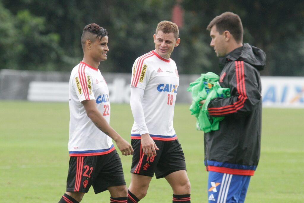 Everton e Jonas ao final do treino. Dupla será titular. (Foto: Flamengo Oficial - Gilvan de Souza)