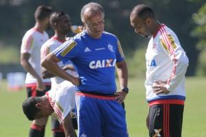 Jayme e Alecsandro conversam. Atacante teve contrato rescindido (Foto: Site Oficial)