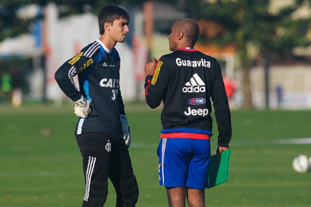 Cristóvão orienta César. Jovem goleiro assumiu titularidade após lesão de Paulo Victor. (Foto: Flamengo Oficial - Gilvan de Souza)