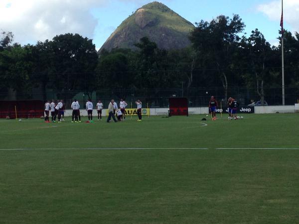 Elenco reunido no gramado da Gávea antes do início do trabalho tático. (Foto: Luiza Sá - Flamengo Oficial)