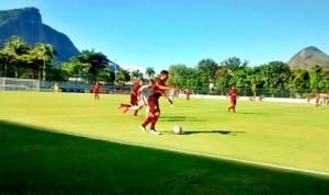 Time enfrenta o Bangu em Moça Bonita (Foto: Flamengo Oficial)