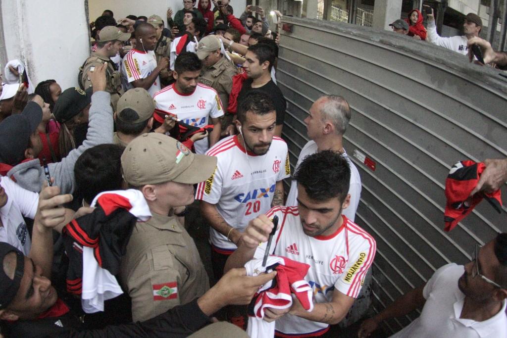 Elenco contou com o apoio da torcida no único treinamento em Joinville. (Foto: Flamengo Oficial)
