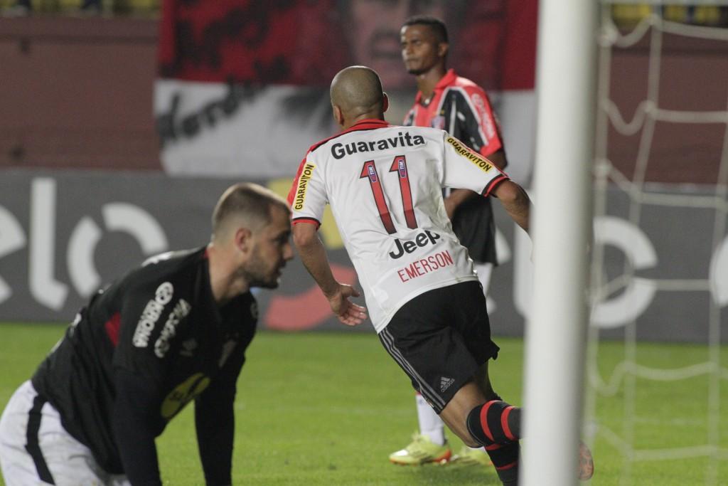 Emerson corre para comemorar seu primeiro gol no retorno ao Flamengo. Que seja o primeiro de muitos! (Foto: Flamengo Oficial)