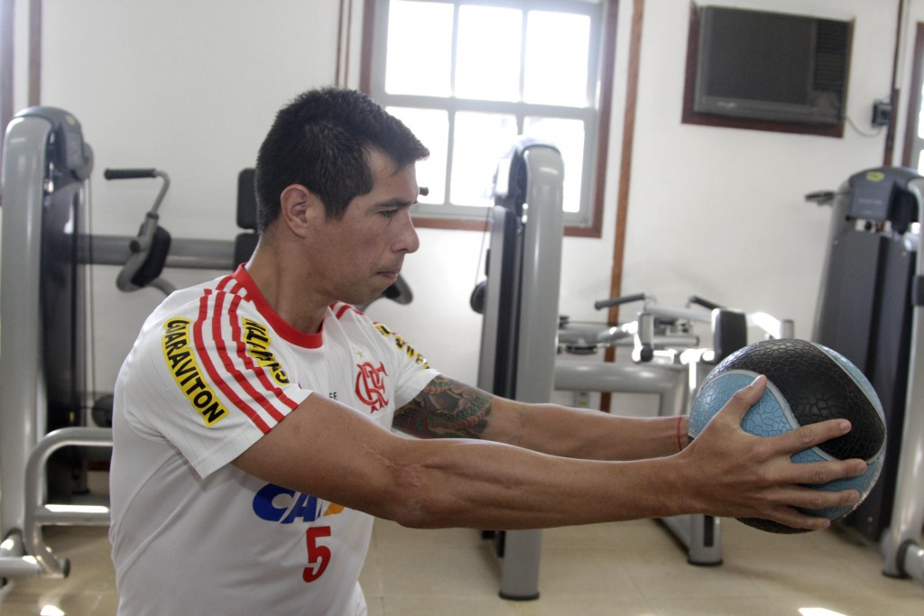 Cáceres realiza trabalho na academia. (Foto: Flamengo Oficial)