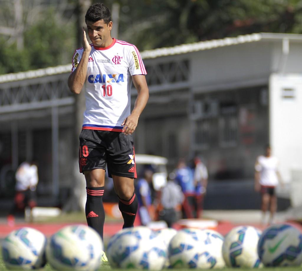 Em condições de realizar sua estreia, Ederson briga com Alan Patrick por vaga no meio campo. (Foto: Gilvan de Souza/Flamengo)
