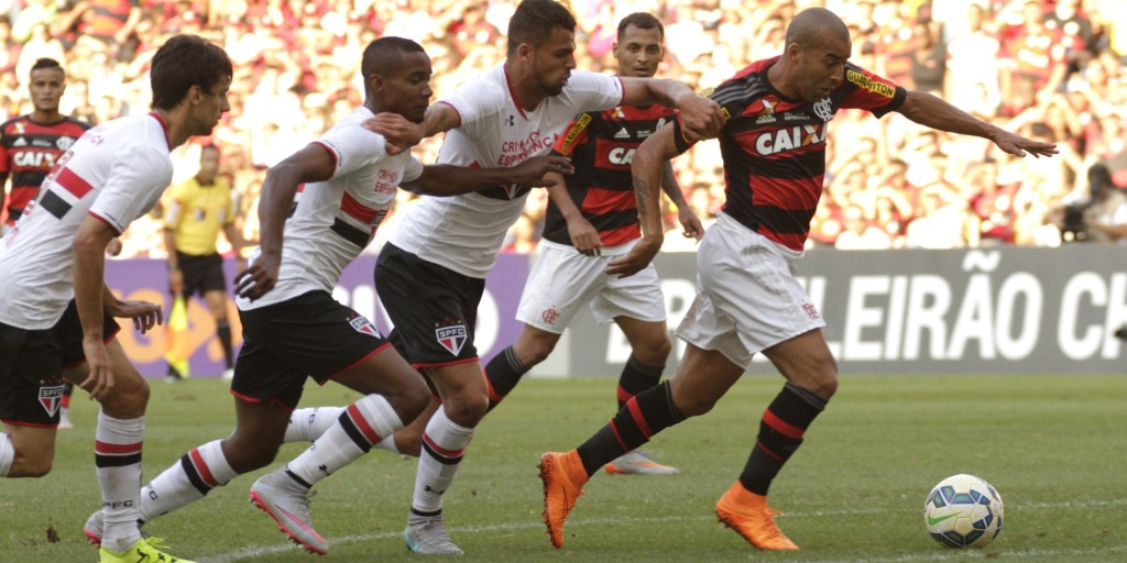 Sheik tenta arrancar. Atacante infernizou a zaga sãopaulina | Foto Gilvan de Souza/Flamengo