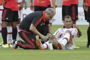 Allan Patrick recebe dura entrada e é atendido.| Foto Gilvan de Souza/Flamengo