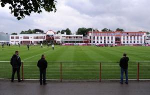 Campo principal do CT do Bayern de Munique e estrutura ao fundo. Nada de anormal.   Foto Reprodução