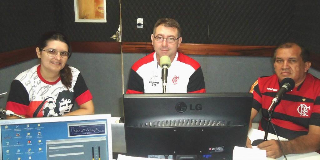 No estúdio, com Meyre Leão, Ricardo Torres e Fabiano Brito durante o Papo Rubro Negro.