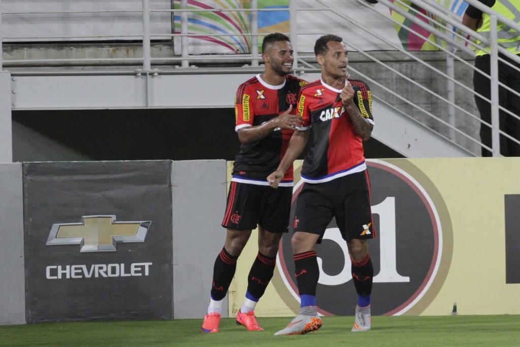 Na comemoração do primeiro gol, de Alan Patrick, os dois protagonistas do jogo. (Foto: Flamengo/Gilvan de Souza)