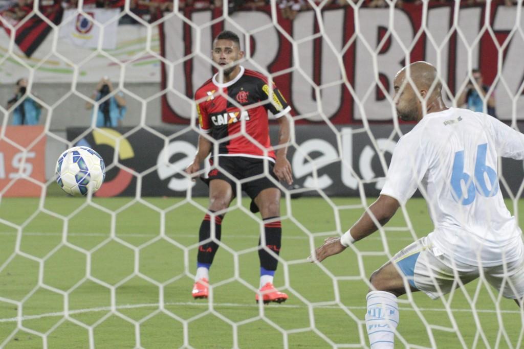 Kayke tira o goleiro da jogada, e bate com categoria pra marcar o terceiro gol da partida. (Foto: Flamengo/Gilvan de Souza)