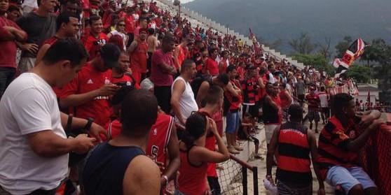 Nação Rubro-Negra comparece em massa para apoiar o time.