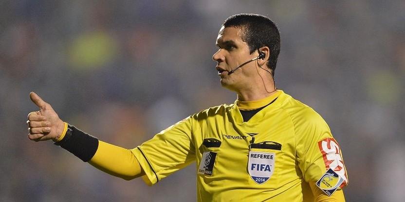 Ricardo Marques Ribeiro e seus 3 cartões amarelos para nossos pendurados (Márcio Araújo, Canteros e Everton). | Foto: Ricardo Marques Ribeiro