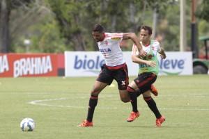 Oswaldo dá entender que segue com Martins na Zaga. | Foto: Gilvan de Souza/Flamengo