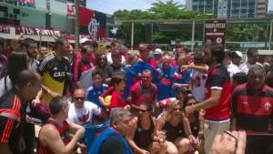 Bandeira cercado de apoiadores da Chapa Azul. Foto: Yann Rodrigues/MRN