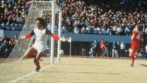 Nunes comemora seu primeiro gol diante do Liverpool. (Foto: Reprodução)