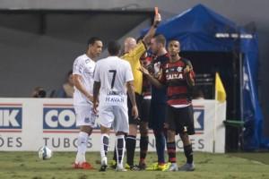 Jorge recebe o vermelho após retardar o reinício do jogo. Foto: Ivan Storti