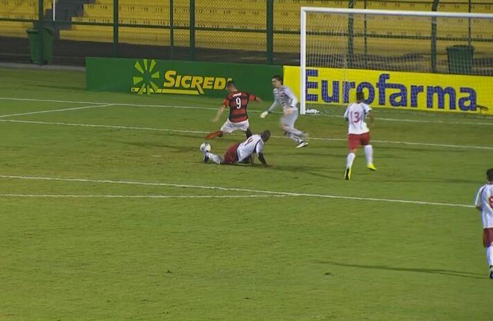 Momento do gol de Felipe Vizeu, o segundo do Fla no duelo. Foto: Adriano Skrzypa/MRN