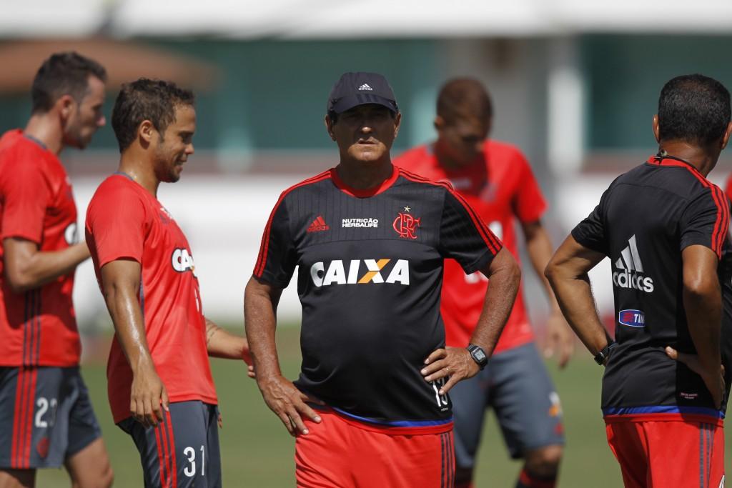 Muricy comandando treino antes do primeiro clássico contra o Vasco.