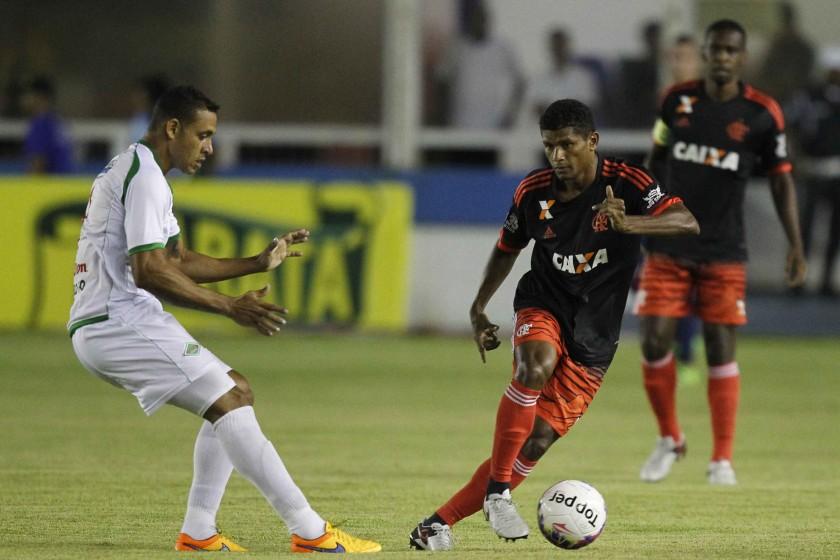 Márcio Araújo, de volta ao time é observado por Juan em mais uma saída de jogo. Foto Gilvan de Souza/Flamengo