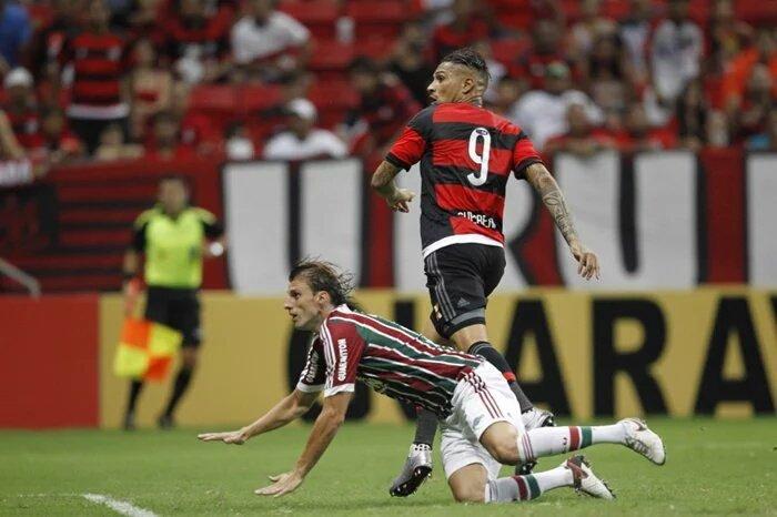 Guerrero observa a bola entrando após ganhar na cabeça de Henrique. Foi o primeiro gol do atacante em clássicos (Foto: Gilvan de Souza/ Flamengo)