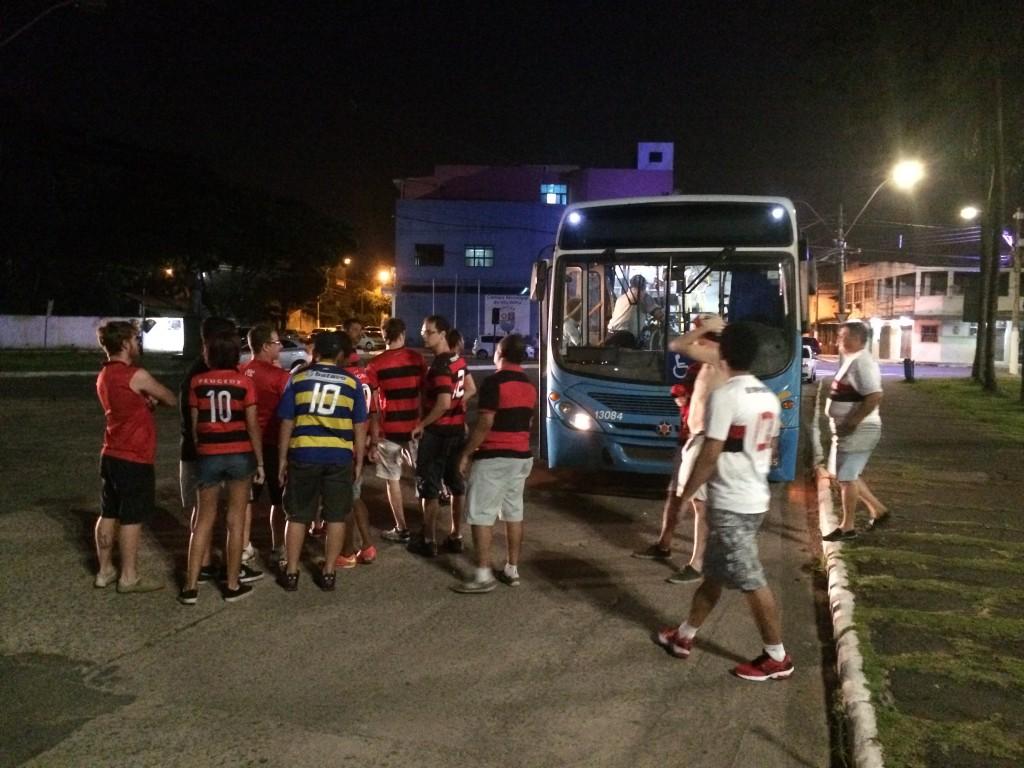 Um dos ônibus disponibilizados pela Prefeitura para os torcedores.