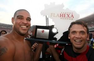 Adriano e Pet comemorando o Hexacampeonato Brasileiro do Mengão. Foto: Reprodução.