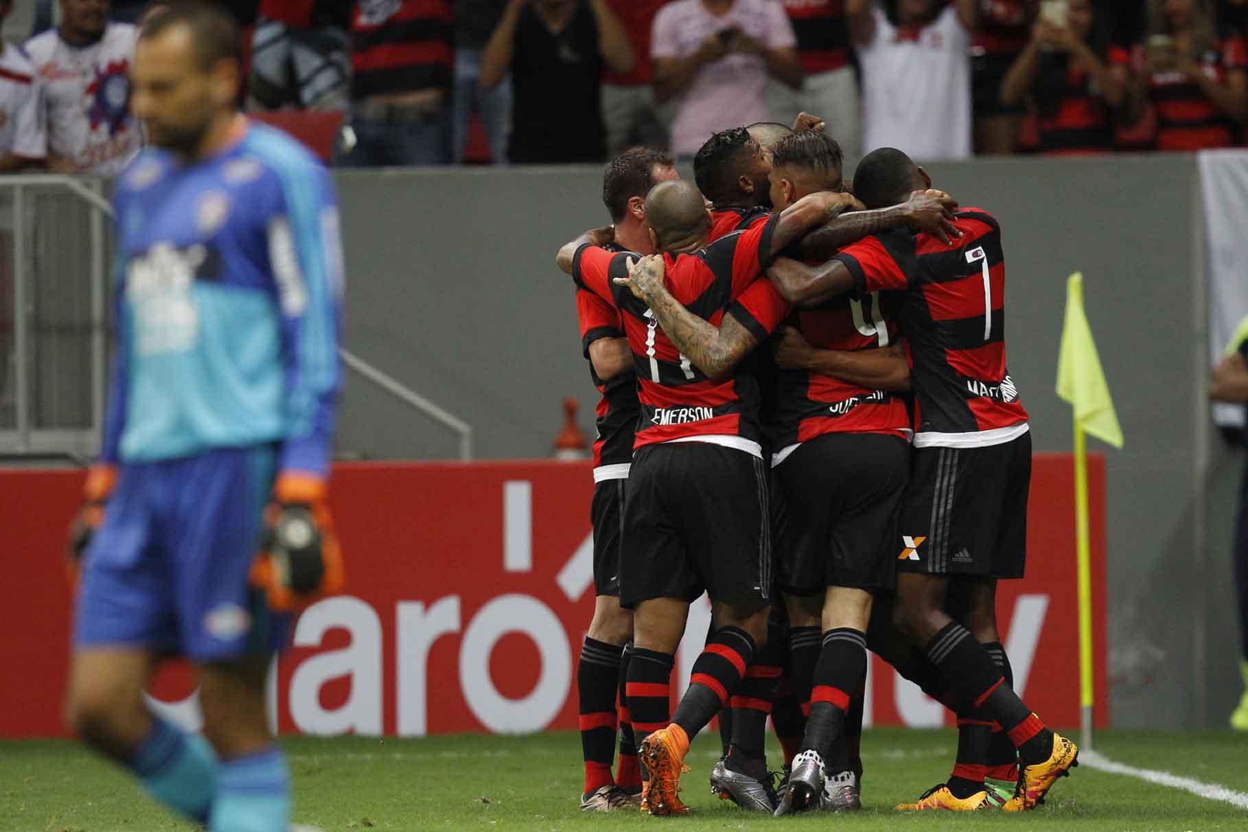 """Arão fica """"invisível"""" ao se abraçado pelos companheiros. Jogador fez o primeiro da vitória. Foto: Gilvan de Souza/Flamengo"""