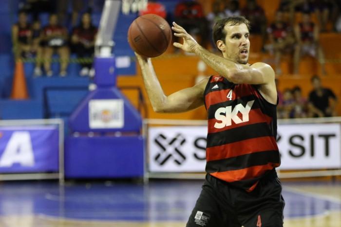 Marcelinho foi o cestinha da partida com 21 pontos e conduziu o rubro-negro à vitória (Foto: Raphael Bózeo/ Macaé Basquete)