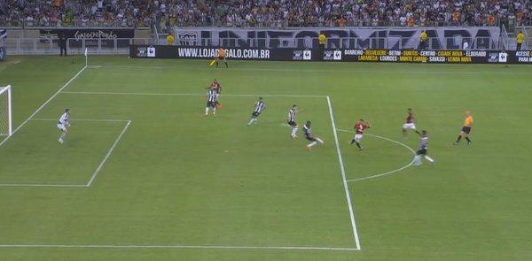 Primeiro gol do Flamengo na Primeira Liga: bela tabela entre Cirino e Guerrero.