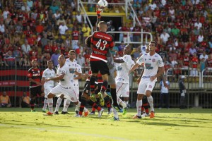 Zagueiro jogou como veterano entre os profissionais. Foto: Gilvan de Souza   Flamengo