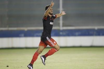 Vizeu comemora o gol, que garantiu a vitória do Flamengo sobre a Cabofriense / Foto: Gilvan de Souza.
